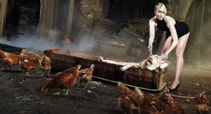 девушка убивает кур
